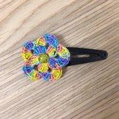 Molletta per capelli con fiore multicolore fatto a mano all'uncinetto