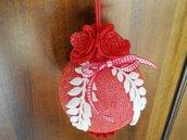 Tris di sfere natalizie decorate con rose e passamaneria