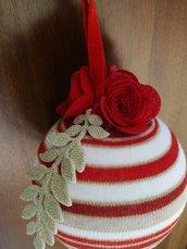 Tris di sfere natalizie decorate con merletto e rose in feltro