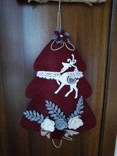 Albero fuoriporta in feltro bordeaux, decorato con renna e rose in feltro
