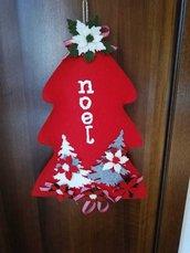 Albero fuoriporta rosso, decorato da una scritta, da alberi in feltro e stelle di Natale