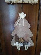 Albero fuoriporta beige decorato da nastri, abeti stilizzati e rose in feltro