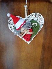 Addobbi per albero a forma di cuore con elfo natalizio.