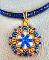 Ciondolo colori blu/oro in tessitura di perline