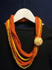 Collana lana gialla e arancio con bottone
