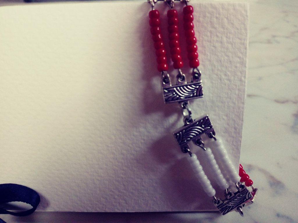 Braccialetto stile etnico bianco e rosso in confezione regalo