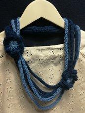 Collana blu chiaro e scuro con doppio fiore