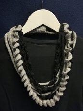 Collana grigio chiaro e nera con spirale