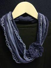 Collana blu chiaro e scuro con grande fiore