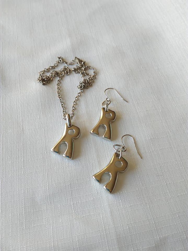 parure collana e orecchini con lettere,  R ,  iniziale alfabeto  in ottone