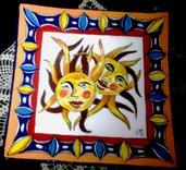 Piatto di ceramica porta dolci o svuotatasche dipinto con 2 soli con raggi incrociati di forma quadrata