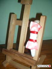 Cerchietto color panna con fiocco bianco a pois rossi.
