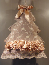 Albero in pizzo con rose in raso