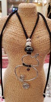 Collana con pendente in alluminio battuto, fettuccia e perla in ceramica greca (regolabile)