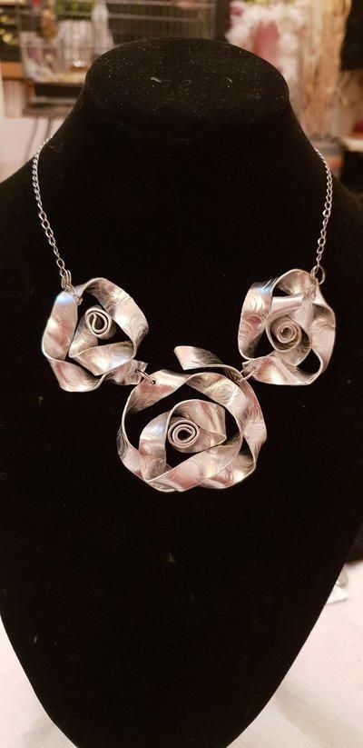 Collana con rose in alluminio piatto battuto e catena in acciaio