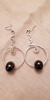 Orecchini in alluminio con perle in ceramica greca artigianali e monachella in acciaio