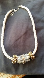 collana bianca e oro