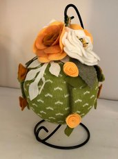 Pomander con tubolare di lana e fiori di feltro e pile