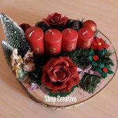 Centrotavola natalizio in legno con natività e candele avvento