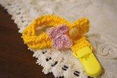 Catenella ciuccio gialla . Cotone con farfalla rosa