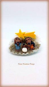 Presepe di cani bassotti in fimo nella conchiglia, idea regalo natale per amanti dei cani