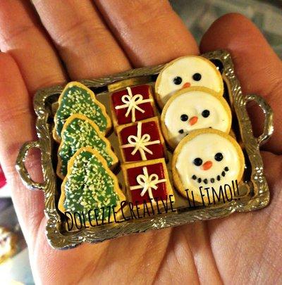 NATALE IN DOLCEZZE - Collana vassoio in metallo con tanti biscotti natalizi glassati - biscotto albero, pacco regalo e pupazzo di neve
