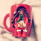 Tazza decorata con bambolina in fimo