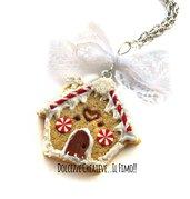 Natale in Dolcezze - Collana biscotto con casetta di marzapane e fiocco di merletto- idea regalo handmade kawaii fimo