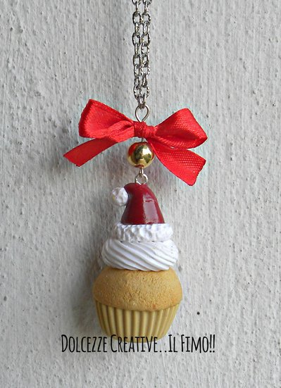 NATALE IN DOLCEZZE - Collana cupcake . muffin - dolce con panna e cappello di babbo natale - miniature kawaii