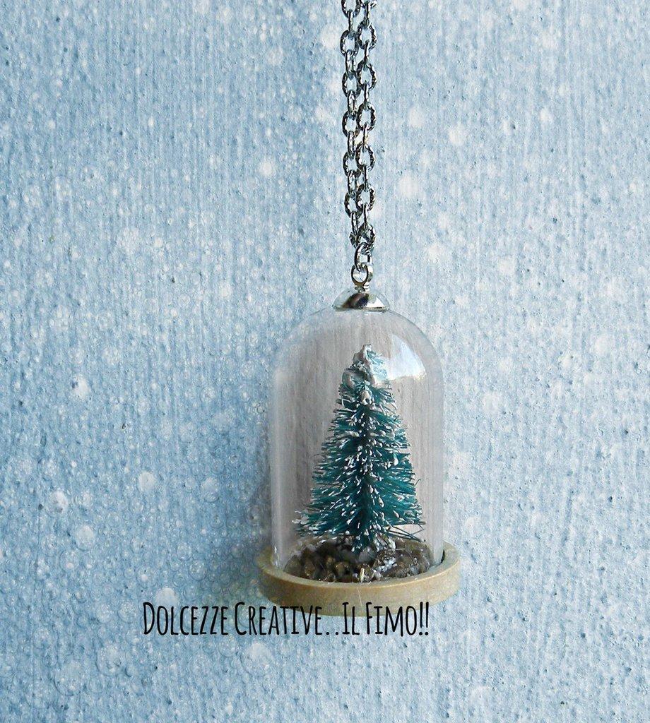 NATALE IN DOLCEZZE - Collana con albero di natale in cupola, con erba, ciottoli e neve sul fondo - miniature kawaii