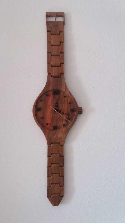 Orologio da parete in legno.