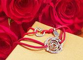 Bracciale di corda con pendente charm in argento Rosa, fatto a mano
