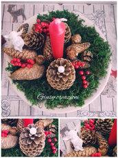 Centrotavola natalizio realizzato con materiali di riciclo con pigne e candela