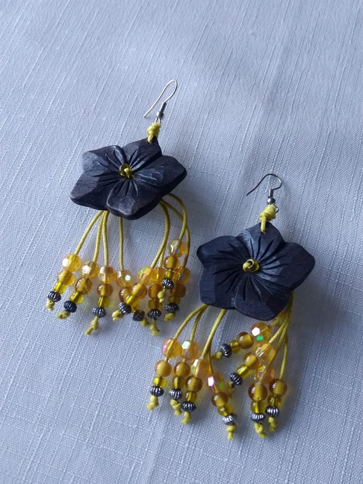 orecchini pendenti con fiore