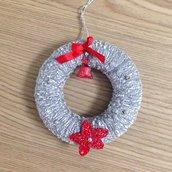 Ghirlanda natalizia argentata con fiocchetto e stella di Natale all'uncinetto fatto a mano
