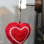 Portachiavi a forma di cuore in cotone lavorato all'uncinetto