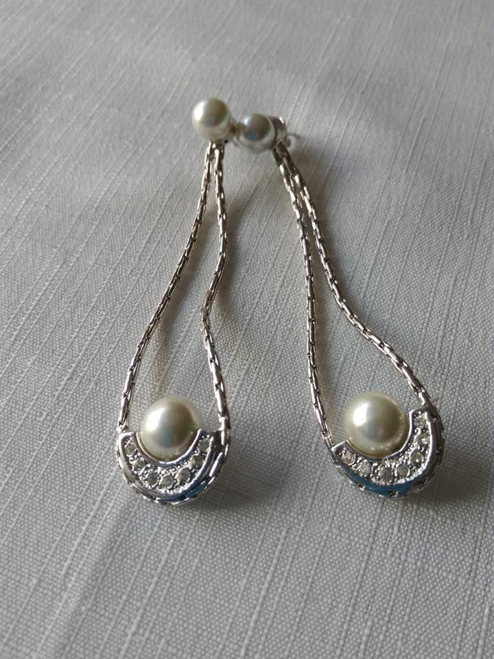 orecchini pendenti in metallo, perle  e strass