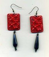 ORECCHINI pendenti con placca in resina rossa intagliata a fiori imitazione lacca cinese e goccia in onice