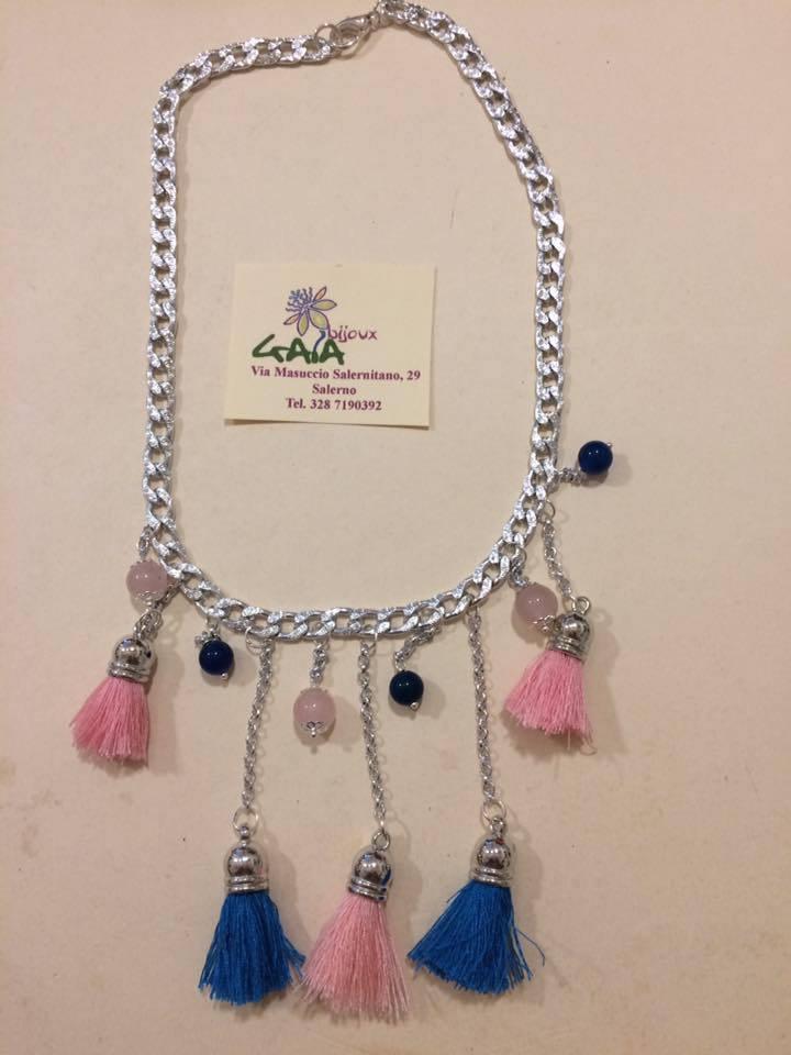 Collana con pietre e nappine rosa e blu