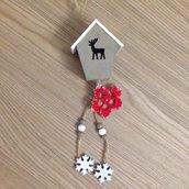 Casetta di legno decorativa con renna e stella di Natale fatta a mano all'uncinetto