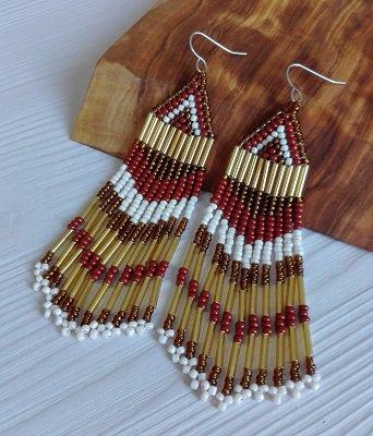 Orecchini lunghi con perline oro e marrone fatti a mano