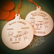 Palla natalizia per albero di Natale tema famiglia in legno personalizzata con incisione a fuoco