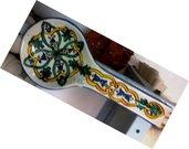 Cucchiaio poggia mestolo di ceramica,  dipinto a mano con motivi verdi gialli arancio e blu cme il profilo