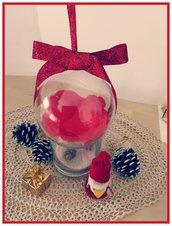 Pallina di Natale con petali di rosa rossa