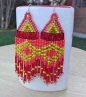 Orecchini pendenti con perline color arancione, rosso e giallo fatti a mano