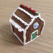 Casetta di zenzero amigurumi natalizia fatta a mano all'uncinetto