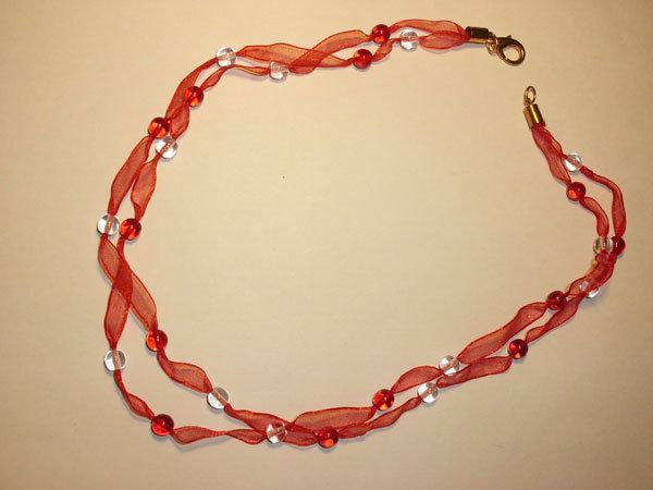 Collana in organza e perle di vetro trasparente e rosse