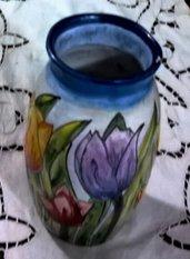 Piccolo vaso di ceramica di creta rossa ingobbiata e decorato a mano con foglie e tulipani multicolori