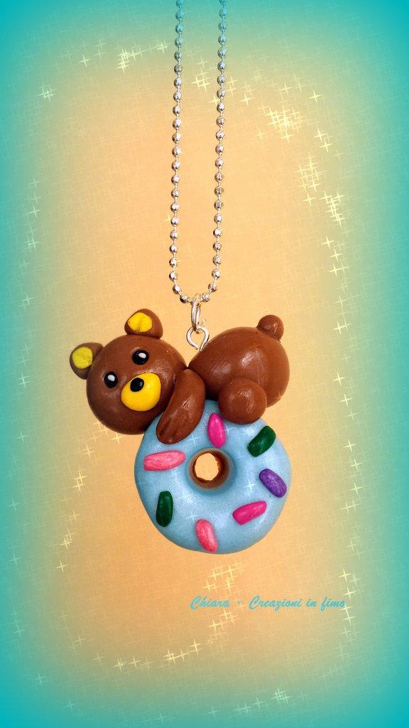 Collana con orsetto su ciambella in fimo azzurra con cri cri, miniatura cibo per regalo amica