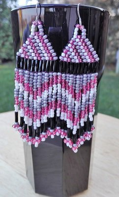 Orecchini pendenti con perline nere, grigie e rosa fatti a mano
